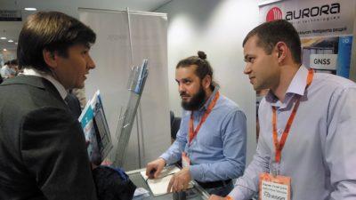 На стенде Aurora Mobile Technologies: Михаил Лунев, руководитель отдела продаж, и Вадим Гизятулин, бренд-менеджер (слева направо)