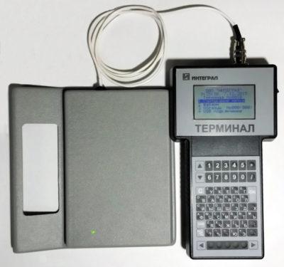 Терминал ИЦФУ.466159.001 с подключенным считывателем производства ОАО «ИНТЕГРАЛ»