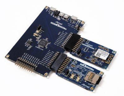 Отладочный комплект ATWINC1500-XSTK содержит основную плату SAMD21 Xplained Pro и платы расширения WINC1500 и IO1 (с датчиками и SD-картой)