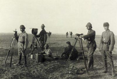 Подразделение оптической связи армии Османской империи перед столкновением с 5-й горнострелковой бригадой Британского египетского экспедиционного корпуса в Палестине (the Affair of Huj, 8 November 1917). На вооружении подразделения: гелиограф (у первого слева), ацетиленовый прожектор (у второго слева) и подзорная труба (у второго справа)