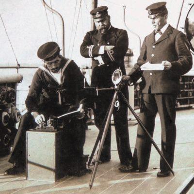 Демонстрация гелиографической связи на борту британского линкора «Голиаф» (HMS Goliath) в Токийском заливе, 1902 г. В безлунную ночь на 13 мая 1915 г. в проливе Дарданеллы командир линкора неосторожно запросил пароль по световой связи у неизвестного корабля. Ответным залпом трех торпед османского миноносца Muavenet-i Milliye, проведенным с участием германских инструкторов, линкор был потоплен. Через четыре дня первый лорд Адмиралтейства Уинстон Черчилль (Sir Winston Leonard Spencer-Churchill) вынужден был уйти в отставку