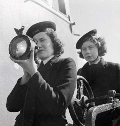 Передача сигнальным прожектором (Aldis lamp) указаний по огневой поддержке высадки десанта в Нормандии с флагманского легкого крейсера «Сцилла» (HMS Scylla) командующего Восточной оперативной группы ВМС Великобритании контр-адмирала Филипа Виана (Sir Philip Louis Vian), июнь 1944 г. В 1942 г. этот крейсер совместно с группой из 16 эсминцев под командованием контр-адмирала Роберта Барнетта (Robert Burnett) участвовал в проводке арктического конвоя PQ-18 в Архангельск