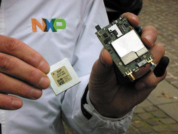 Модуль ATOP 2.5G (слева) и отладочное устройство TeleBox Mini (справа)