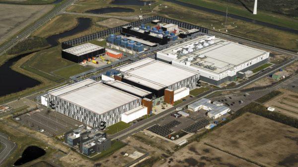 Вид с высоты птичьего полета на ЦОД Google неподалеку от г. Делфзейл, провинция Гронинген, Нидерланды