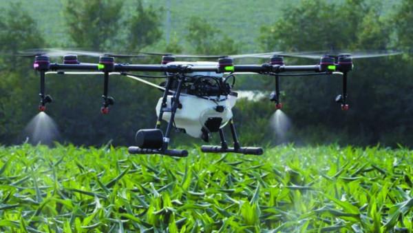 Агрокоптер проводит обработку сельскохозяйственных угодий
