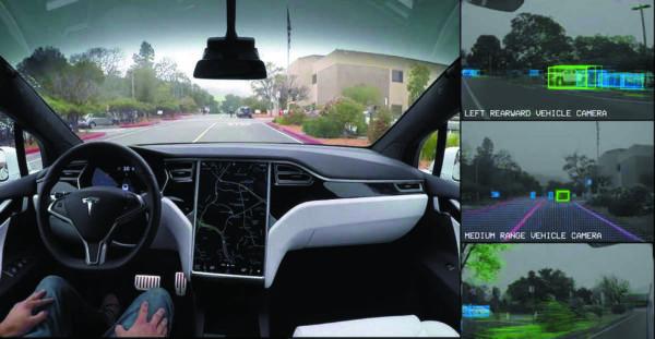 Работа автопилота Tesla в движении с водителем за рулем