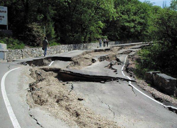 Пример оползневого повреждения участка автодороги