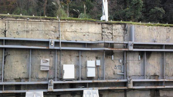 Оборудование АПК, смонтированное на пилотном объекте СКДС (слева — монтажные шкафы с телематическим оборудованием объектового комплекса, справа — датчики относительного смещения элементов конструкции противооползневого сооружения)